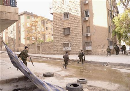 Forces loyal to Syria's President Bashar al-Assad cross a road in the Suliman al-Halbi area in Aleppo October 30, 2012. REUTERS/George Ourfalian