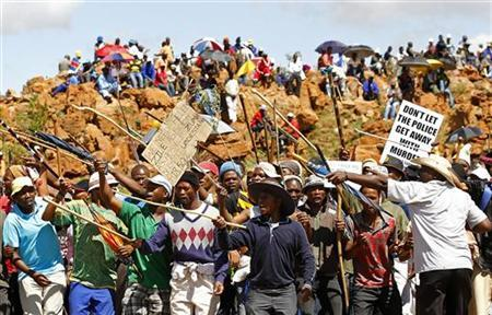 Striking miners chant slogans at the AngloGold Ashanti mine in Carletonville, northwest of Johannesburg October 18, 2012. REUTERS/Siphiwe Sibeko