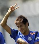 O atacante Neymar acena para fãs antes do treino em Santos, no litoral de São Paulo, nesta quarta-feira. 31/10/2012 REUTERS/Paulo Whitaker
