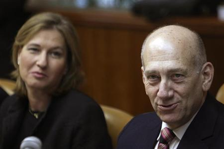Israel's Prime Minister Ehud Olmert and Foreign Minister Tzipi Livni (L) attend the weekly cabinet meeting in Jerusalem March 29, 2009. REUTERS/Ronen Zvulun