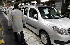 <p>Renault ouvrira le 6 novembre un cycle de discussions avec les syndicats portant sur l'amélioration de la compétitivité de ses usines françaises. /Photo prise le 8 octobre 2012/REUTERS/Pascal Rossignol</p>