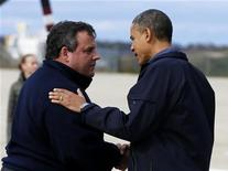 Presidente norte-americano e candidato à reeleição, Barack Obama, é recebido por Chris Christie, governador de Nova Jersey, no aeroporto de Nova Jersey. Deixando de lado as diferenças partidárias, Obama e Christie visitaram juntos nesta quarta-feira regiões de Nova Jersey destruídas pela tempestade Sandy, onde viram casas queimadas e ruas alagadas após a passagem da tempestade Sandy. 31/10/2012 REUTERS/Larry Downing