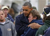 O presidente dos EUA, Barack Obama, abraça a dona da marina de North Point, Donna Vanzant, ao avaliar os danos causados pelo Furacão Sandy em Brigantine, Nova Jersey, nos EUA. 31/10/2012 REUTERS/Larry Downing