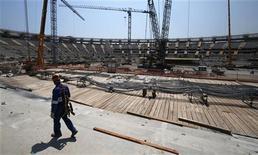 Um trabalhador participa da renovação do Estádio do Maracanã para a Copa do Mundo de 2014 no Rio de Janeiro. 30/10/2012 REUTERS/Sérgio Moraes