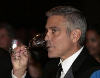 Actor George Clooney drinks wine at the White House Correspondents' Association annual dinner in Washington April 28, 2012. REUTERS/Larry Downing