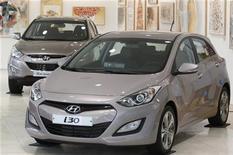 Новые автомобили Hyundai стоят в галерее в Сеуле, 5 апреля 2012 года. Акции Hyundai Motor Co упали более чем на 5 процентов в четверг из-за слухов о том, что южнокорейский автогигант может объявить об отзыве автомобилей в Соединенных Штатах из-за угрозы судебных исков, говорят аналитики. REUTERS/Kim Hong-Ji