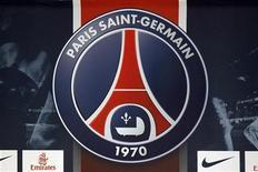"""Логотип """"ПСЖ"""" во время пресс-конференции в Париже 18 июля 2012 года. Парижский """"ПСЖ"""" продолжил доминировать на французской футбольной сцене, обыграв в 1/8 Кубка французской лиги """"Марсель"""" со счетом 2-0. REUTERS/Charles Platiau"""