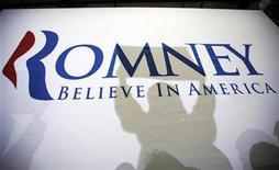 Предвыборный плакат на акции сторонников Митта Ромни в Дубюке, Айова, 2 января 2012 года. Бывший губернатор Массачусетса Митт Ромни бросит вызов действующему президенту Бараку Обаме на выборах 6 ноября. REUTERS/Brian Snyder