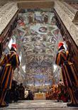 Швейцарские гвардейцы наблюдают за мессой в Сикстинской капелле в Ватикане 22 января 2006 года. Ватикан предупредил, что может со временем ограничить доступ посетителей в Сикстинскую капеллу с фресками Микеланджело, которым в среду исполнилось 500 лет, чтобы уберечь одно из чудес западной цивилизации. REUTERS/Maurizio Brambatti/Pool