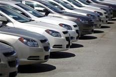 <p>General Motors et Chrysler ont enregistré leurs meilleures ventes pour un mois d'octobre aux Etats-Unis depuis le début de la crise financière, mais le secteur dans son ensemble manquera toutefois ses objectifs de ventes, en raison du passage de l'ouragan Sandy. /Photo d'archives/REUTERS/Carlos Barria</p>