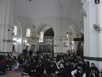 Residents amd Free Syrian Army fighters are seen inside Khaled Bin Al Waleed mosque in the centre of Homs October 26, 2012. Picture taken October 26, 2012. REUTERS/muhammad Al-Ibraheem/Shaam News Network/Handout