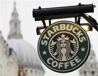 <p>Starbucks a revu à la hausse ses prévisions de résultats annuels après avoir publié un bénéfice trimestriel en légère hausse et un chiffre d'affaires supérieur aux attentes. /Photo prise le 8 octobre 2012/REUTERS/Luke MacGregor</p>