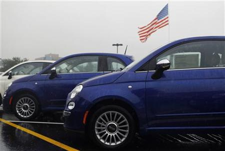 Fiat 500's are shown at the Criswell Chrysler-Dodge-Jeep-Fiat-Ram truck dealership in Gaithersburg, Maryland October 2, 2012. REUTERS/Gary Cameron