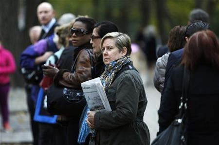People line up for the bus on the Upper East Side of Manhattan in the aftermath of Hurricane Sandy in New York October 31, 2012. REUTERS/Carlo Allegri