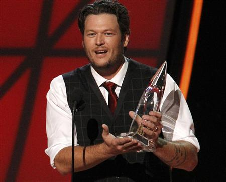 Blake Shelton accepts the award for entertainer of the year at the 46th Country Music Association Awards in Nashville, Tennessee, November 1, 2012. REUTERS/Harrison McClary
