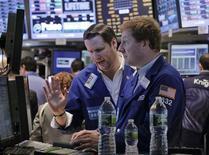 Трейдеры работают в торговом зале фондовой биржи в Нью-Йорке, 31 октября 2012 года. Акции США выросли в четверг, причем индекс S&P 500 показал лучший результат за семь недель, благодаря высоким показателям занятости и потребительского доверия. REUTERS/Brendan McDermid