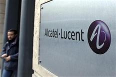 Мужчина выходит из офиса компании Alcatel-Lucent в Париже, 12 декабря 2008 года. Производитель телекоммуникационного оборудования Alcatel-Lucent нарастил квартальный убыток из-за сокращения расходов операторов связи на мобильные и фиксированные сети. REUTERS/Charles Platiau