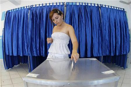 A woman casts her ballot at a voting station in Pantelimon, near Bucharest July 29, 2012 during a referendum on Romania's President Traian Basescu's impeachment. REUTERS/Bogdan Cristel