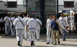 Operai della Fiat all'ingresso dello stabilimento di Pomigliano D'Arco, 10 ottobre 2012. REUTERS/Ciro de Luca