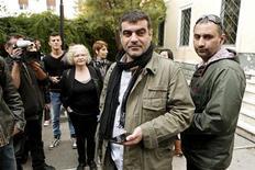 """El periodista griego que publicó los nombres de más de 2.000 compatriotas con cuentas en bancos suizos fue absuelto el jueves en un caso que ha causado indignación por el papel que puede haber tenido la evasión de impuestos en una Grecia prácticamente en bancarrota. En la imagen, el editor griego de """"Hot Doc"""" Costas Vaxevanis (C) espera en el exterior de los juzgados, en Atenas, el 1 de noviembre de 2012. REUTERS/Yorgos Karahalis"""