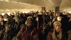 """¿Alguna vez te has peleado con un hobbit por un asiento con ventana? ¿O has recibido instrucciones sobre el chaleco salvavidas de una hermosa elfa? Eso sólo pasa en un avión a Tierra Media, o en un vídeo de seguridad de Air New Zealand. En la imagen, pasajeros vestidos como personajes del clásico """"El hobbit"""" de Tolkien en una escena del vídeo de seguridad aérea de la compañía Air New Zealand, proporcionada el 2 de noviembre de 2012. REUTERS/Air New Zealand via Reuters TV ESTA IMAGEN HA SIDO PROPORCIONADA POR UN TERCERO. REUTERS LA DISTRIBUYE, EXACTAMENTE COMO LA RECIBIÓ, COMO UN SERVICIO A SUS CLIENTES. SÓLO PARA USO EDITORIAL, NI VENTAS NI ARCHIVOS NI PARA SU VENTA PARA CAMPAÑAS DE MARKETING O PUBLICIDAD."""