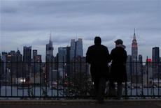 Una coppia guarda lo skyline del centro di Manhattan. REUTERS/Gary Hershorn (UNITED STATES - Tags: ENVIRONMENT CITYSPACE DISASTER)