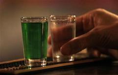 En torno a la mitad de los enfermos de VIH que siguen terapia antirretroviral se saltaban la medicación cuando bebían alcohol, según un estudio de EEUU, un comportamiento desaconsejado que según los investigadores podría aumentar el número de virus. En la imagen, un hombre sostiene un chupito de licor en un bar en Praga, el 12 de septiembre de 2012. REUTERS/David W Cerny