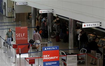 Delta Airlines passengers check in at BWI Thurgood Marshall International Airport near Baltimore, Maryland October 24, 2012. REUTERS/Gary Cameron