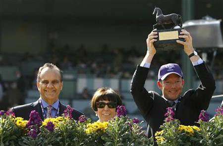 Owner of 'pounced', Lady Serena Rothschild (C) poses with her son Nat Rothschild (R) and Los Angeles Dodgers baseball manager Joe Torre (L) after their horse won the Breeders' Cup Juvenile Turf thoroughbred horse race at Santa Anita Park in Arcadia, California November 7, 2009. REUTERS/Danny Moloshok