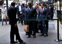 Los empleadores de Estados Unidos aceleraron las contrataciones en octubre y la tasa de desempleo subió levemente por una mayor búsqueda de trabajos, en una señal de esperanza para una economía alicaída, que ha sido un factor de peso en la carrera por la reelección del presidente Barack Obama. En la imagen, aspirantes hacen cola para reunirse con posibles empleadores en una feria de empleo en nueva York, el 24 de octubre de 2012. REUTERS/Mike Segar