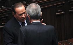 L'ex premier Silvio Berlusconi (a sinistra) con il suo successore Mario Monti (di spalle) a Montecitorio. REUTERS/Tony Gentile (ITALY - Tags: POLITICS)