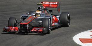 Piloto de F1 da equipe McLaren Lewis Hamilton pilota durante sessão de treinos do GP de Abu Dhabi no circuito Yas Marina nos Emirados Árabes Unidos. A McLaren definiu o ritmo no primeiro treino para o Grande Prêmio de Fórmula 1 em Abu Dhabi nesta sexta-feira, com Lewis Hamilton liderando Jenson Button no topo da tabela. 02/11/2012 REUTERS/Steve Crisp