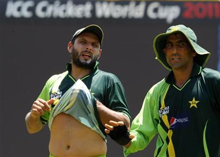 Pakistan's captain Shahid Afridi (L) and Younus Khan speak during a practice session ahead of their ICC Cricket World Cup match against Australia on Saturday, in Colombo March 17, 2011. REUTERS/Andrew Caballero-Reynolds/Files