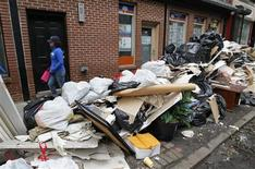 <p>A Hoboken, dans le New Jersey. Le bilan de la tempête Sandy qui a balayé la côte nord-est des Etats-Unis et le Canada en début de semaine est passé vendredi à au moins 102 morts. /Photo prise le 2 novembre 2012/REUTERS/Gary Hershorn</p>