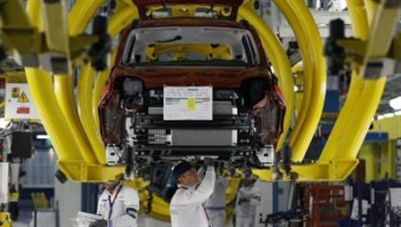 Employees of Fiat SpA work on a new ''Panda'' car at the Fiat plant in Pomigliano D'Arco, near Naples, in this December 14, 2011 file photo. REUTERS/Alessandro Bianchi