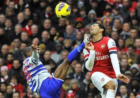 Arsenal's Andre Santos (R) and Queens Park Rangers' Shaun Wright-Phillips challenge for the ball during their Premier League match at Emirates Stadium in London October 27, 2012. REUTERS/Toby Melville