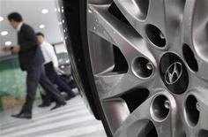 The logo of Hyundai Motor is seen on the wheel of a car at a Hyundai dealership in Seoul October 25, 2012. REUTERS/Kim Hong-Ji