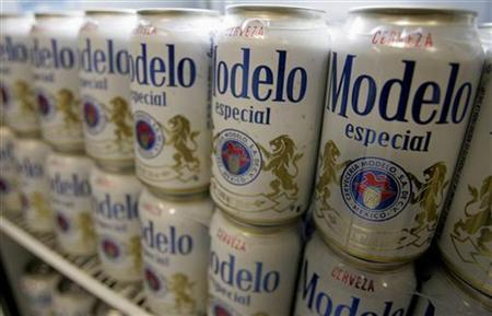 Cans of Modelo beer are seen in a store in Mexico City June 13, 2008. REUTERS/Daniel Aguilar (MEXICO)