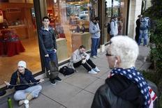 Consumidores aguardam na fila em frente à loja da Apple durante o lançamento do iPad mini em Los Angeles, Califórnia. 02/11/2012. REUTERS/David McNew
