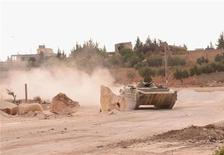 Tres tanques sirios entraron el sábado en la zona desmilitarizada en los Altos del Golán, situados entre Siria e Israel, dijo una portavoz militar israelí, al tiempo que los rebeldes sirios atacaron un aeropuerto militar en un intento por asegurar un corredor estratégico norte-sur. En la imagen del 2 de noviembre se puede ver un tanque del Ejército sirio en la zona de Jan el Asal tras unos choques con combatientes del Ejército Libre de Siria cerca de la ciudad de Alepo. REUTERS/George Ourfalian