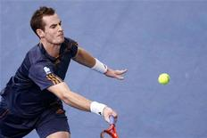 Andy Murray of Britain hits a return to Poland's Jerzy Janowicz during the Paris Masters tennis tournament November 1, 2012. REUTERS/Benoit Tessier