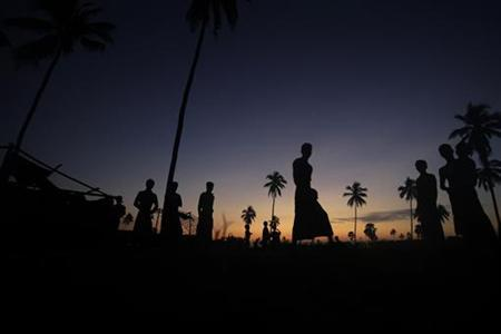 People displaced by the recent violence in Pauktaw pass the time at Owntaw refugee camp for Muslims outside Sittwe early November 1, 2012. REUTERS/Soe Zeya Tun/Files