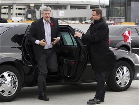 Canadian Prime Minister Stephen Harper (L) arrives at the airport before departing for India to boost bilateral trade and economic ties, in Ottawa, November 3, 2012. REUTERS/Patrick Doyle