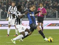 Inter Milan's Rodrigo Palacio (R) scores past Juventus' Kwadwo Asamoah during their Italian Serie A soccer match at the Juventus stadium in Turin November 3, 2012. REUTERS/Alessandro Garofalo