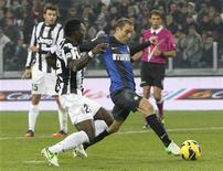 Inter Milan's Rodrigo Palacio (R) scores past Juventus' Kwadwo Asamoah during their Italian Serie A soccer match at the Juventus stadium in Turin November 3, 2012. REUTERS/Alessandro Garofalo