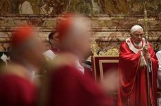 Un experto informático del Vaticano va a juicio el lunes en un proceso que podría arrojar luz sobre si el antiguo mayordomo del Papa Benedicto XVI actuó solo cuando filtró unos documentos delicados o fue un peón en una lucha de poder más amplia. En la imagen, el Papa Benedicto XVI observa a dos cardenales en un acto en la Basílica de San Pedro el pasado 3 de noviembre. REUTERS/Tony Gentile