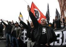 """Miles de nacionalistas rusos vestidos de negro se manifestaron el domingo por el centro de Moscú conmemorando el """"día de la Unidad Nacional"""" instaurado por Vladimir Putin, pidieron el fin de su mandato y mostraron su hostilidad hacia las minorías. Imagen de unos asistentes a la manifestación en la capital rusa el 4 de noviembre. REUTERS/Mikhail Voskresenskiy"""
