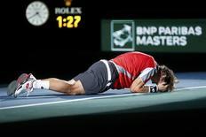 David Ferrer se hizo el domingo con su primer título Masters al batir en la final de París al tenista polaco Jerzy Janowicz, sorpresa del torneo, por 6-4 y 6-3. En la imagen del 4 de noviembre, Ferrer celebra su triunfo en la capital francesa. REUTERS/Cedric Lecocq