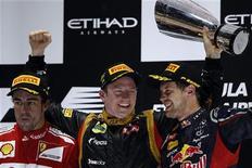 Piloto de F1 Kimi Raikkonen (C) comemora, entre Fernando Alonso (E) e Sebastian Vettel, vitória do GP de Abu Dhabi na Ilha Yas, nos Emirados Árabes Unidos. Raikkonen venceu o acidentado Grande Prêmio de Abu Dhabi para a Lotus neste domingo, e Sebastian Vettel defendeu sua liderança no campeonato batalhando para sair da última para a terceira colocação. 04/11/2012 REUTERS/Darren Whiteside