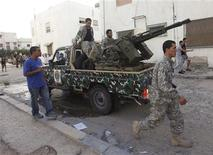 Army soldiers get ready to move forward at Shara Alzawia street in Tripoli November 4, 2012. REUTERS/Ismail Zitouny